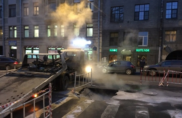 Теплосеть прорвало на Исполкомской улице