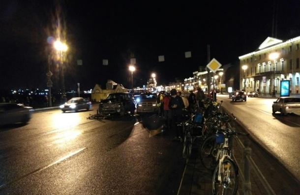Три велосипедиста в больнице после столкновения с внедорожником