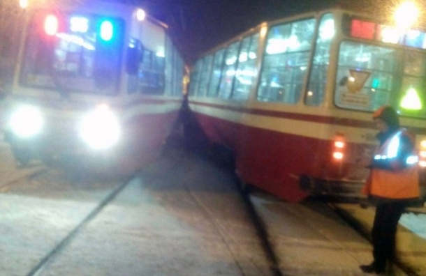 Два встречных трамвая столкнулись на проспекте Энгельса