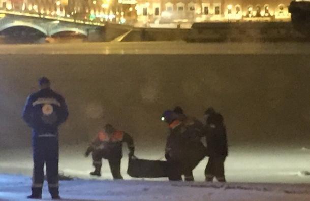Очевидцы: Спасатели вытащили из Невы неадекватную женщину