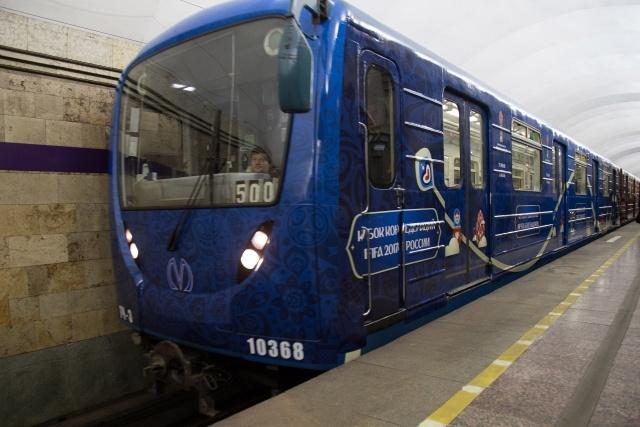 Посвященный Кубку конфедераций поезд запустили в метро Петербурга, фото: Игорь Руссак : Фото