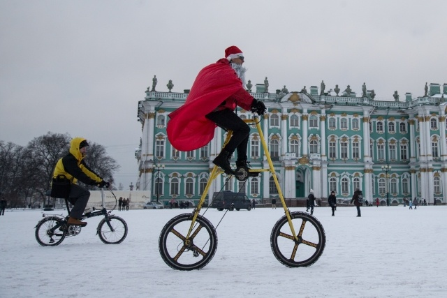 Велопарад Дедов Морозов в Петербурге, фото: Игорь Руссак: Фото
