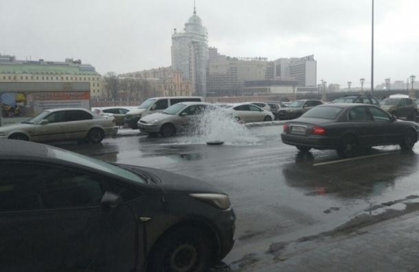 Проезжую часть Петроградской набережной залило водой