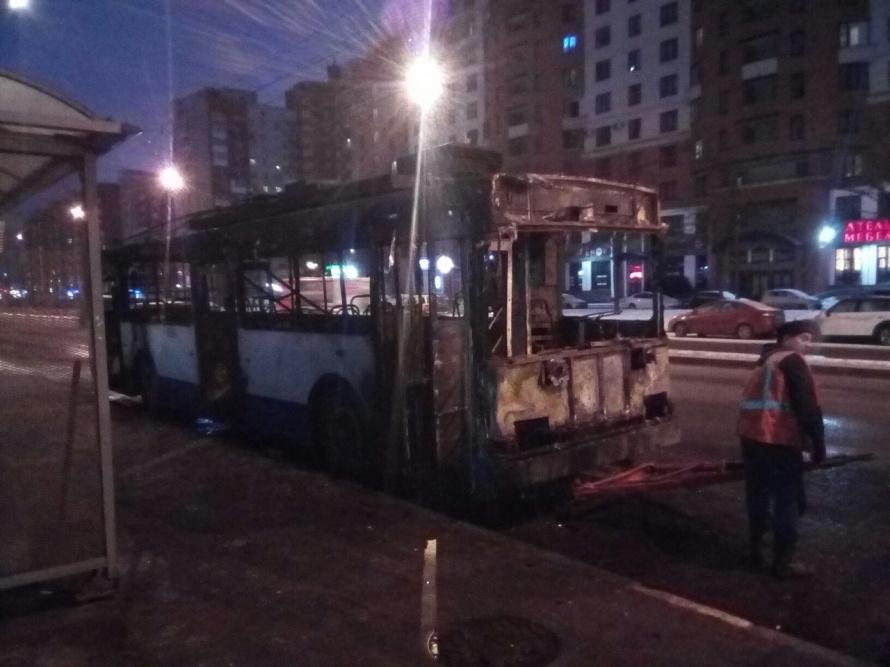 Наюге Петербурга сгорел троллейбус