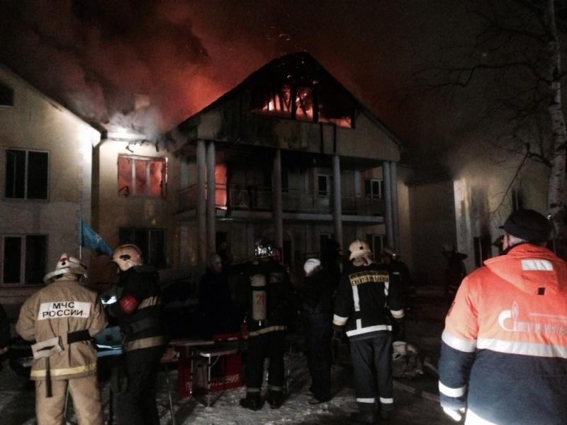ВПетербурге полыхает трехэтажный дом, эвакуировано 12 человек