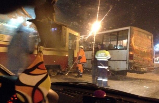 Четыре человека пострадали в ДТП с трамваем и маршруткой на Энгельса