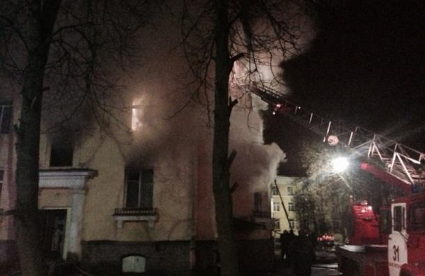 Спасатели эвакуировали в Павловске 20 жильцов охваченного огнем дома