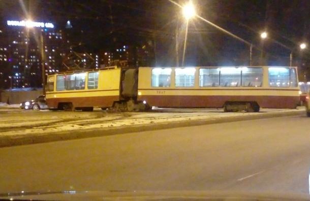 Трамвай сошел с рельсов на проспекте Солидарности