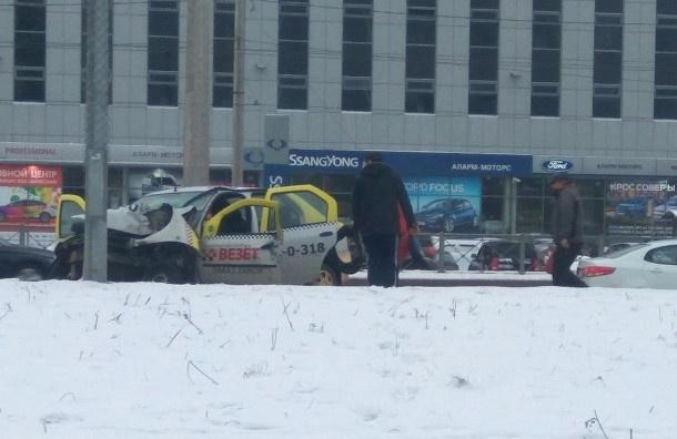 Таксист серьезно пострадал в ДТП на Коломяжском