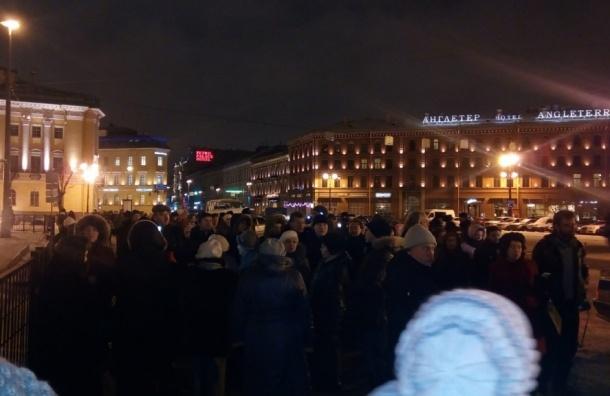 Около 60 человек пришли на народный сход против передачи Исаакия РПЦ