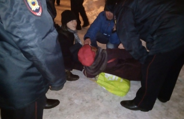 Участнице народного схода в Петербурге стало плохо
