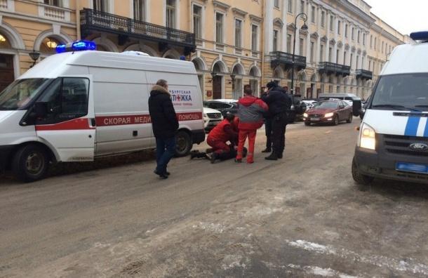 Водитель элитной иномарки напал на машину с медиками