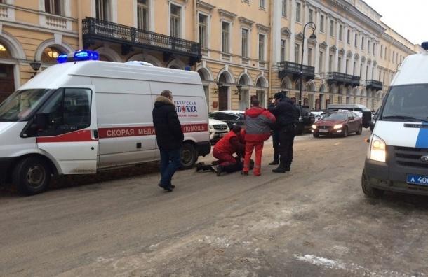 Водитель элитного Mercedes напал с ножом на скорую в центре Петербурга