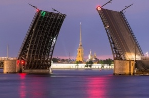 Дворцовый мост подсветят красным