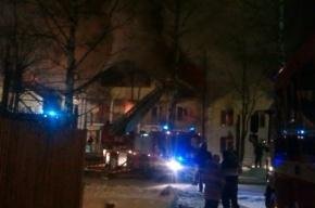 Жильцов горящего дома в Петербурге разместили в школе