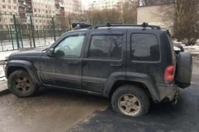 Припаркованную машину закатали в асфальт на Ярослава Гашека