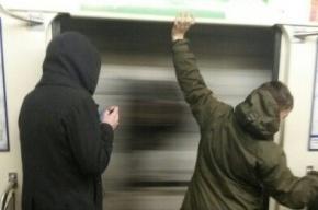 Хулиганы-дорхолдеры вновь держали открытыми двери поезда на «Маяковской»
