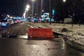 Трубу прорвало на Софийской улице