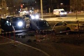 Трубу прорвало на Софийской улице, в размыв провалились машины