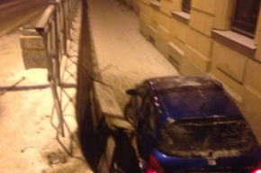 Honda рухнула на тротуар, съезжая с Литейного моста