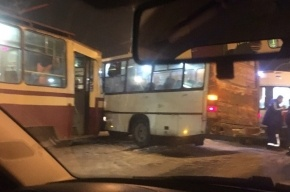 Трамвай протаранил автобус у метро «Озерки»