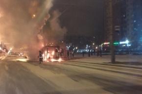 Троллейбус полыхал напротив дома по Ленинскому проспекту