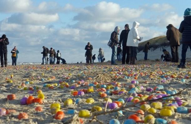 Тысячи яиц с игрушками вынесло на побережье Германии