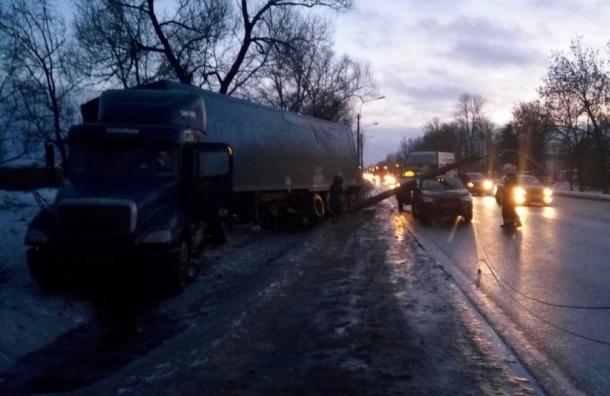 Фура снесла столб на Красносельском шоссе