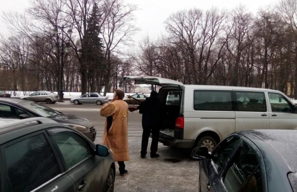 Хоругви после окончания крестного хода вокруг Исаакия засовывали в машины