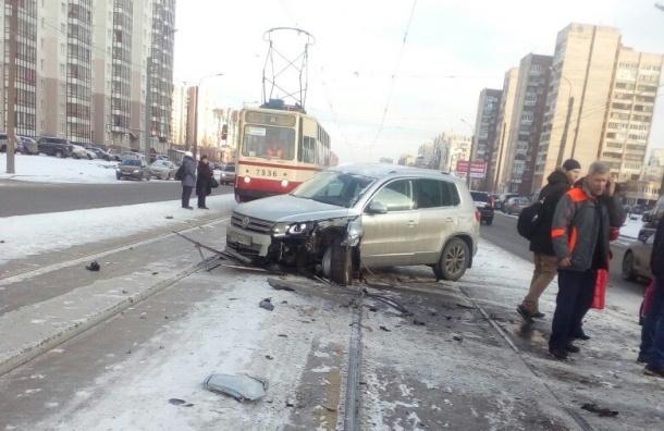 Легковушка пробила ограждение и вылетела на трамвайные пути на Коллонтай