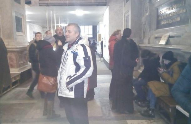 Протестующие, разорвав кольцо, переместились в Исаакий