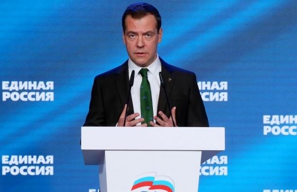 Медведев вышел на публику в галстуке с мопедами