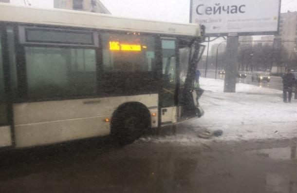 Два автобуса и маршрутка столкнулись на Полюстровском проспекте