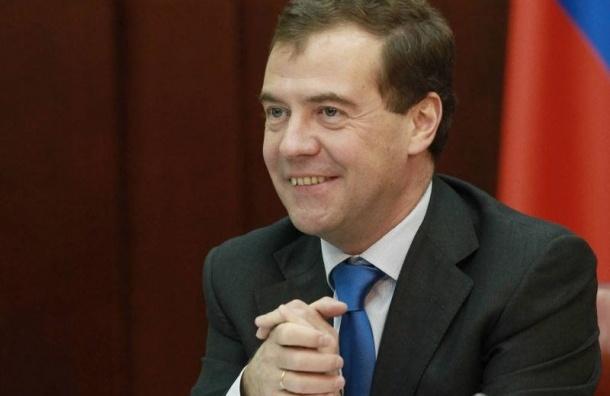 Медведев пообещал россиянкам подарок к 8 марта