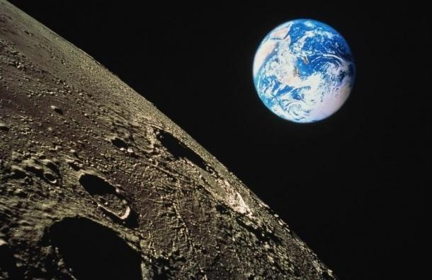 Ученые выяснили, когда Луна упадет на Землю