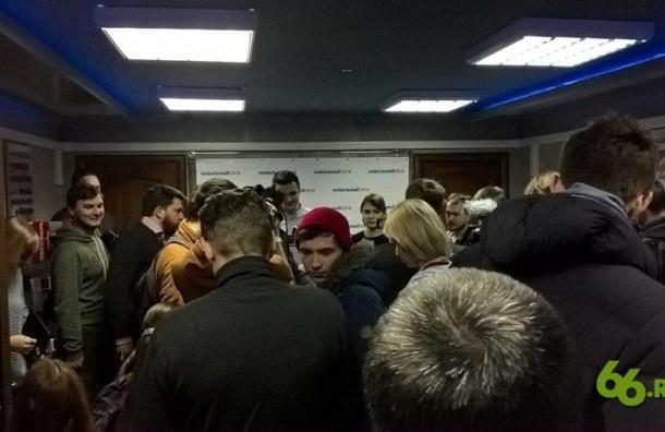 Активисты в папахах атаковали предвыборный штаб Навального в Екатеринбурге