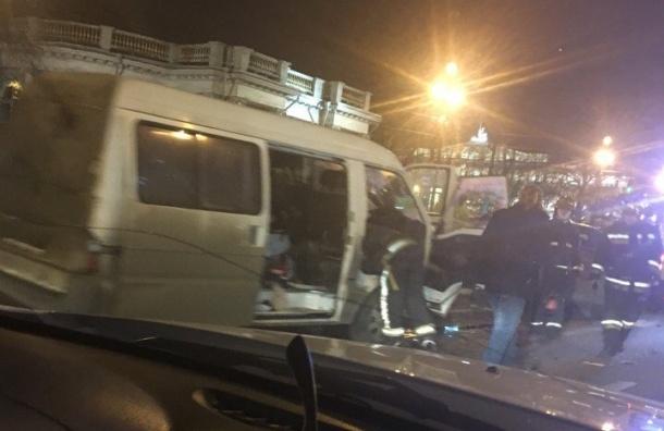 Два микроавтобуса столкнулись на Невском проспекте