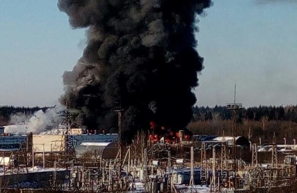 Сильнейший пожар тушат спасатели в промзоне в Гатчине