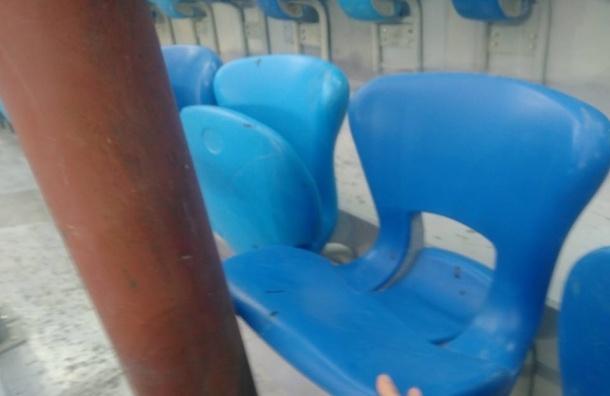 Труба упирается в сидение стадиона на Крестовском