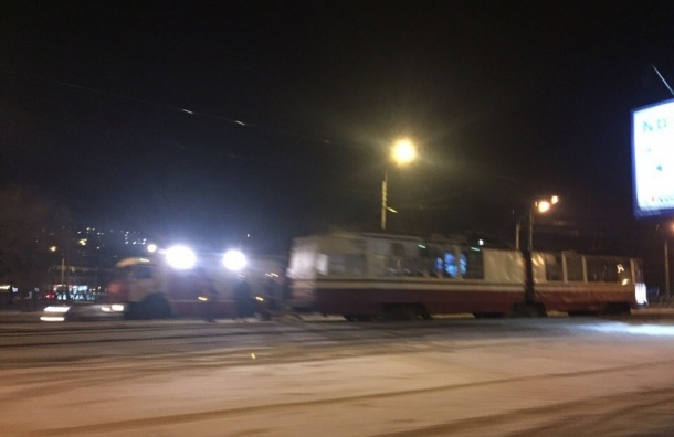 Водители помогали тушить горящий трамвай на Тихорецком проспекте