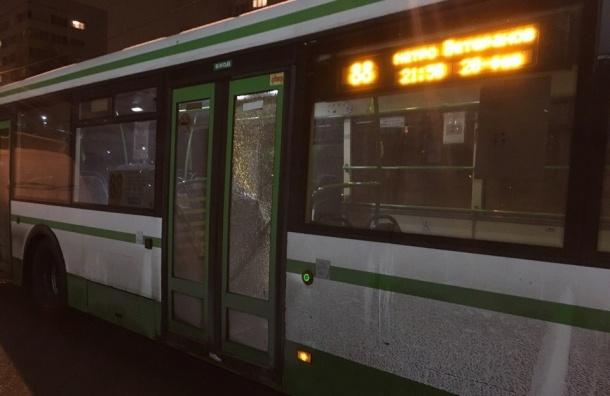 Неизвестные стреляли по социальному автобусу на улице Стойкости