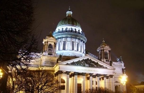 УИсаакиевского храма вПетербурге идет крестный ход