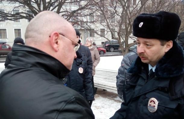 Встреча депутатов с избирателями собрала 250 человек в сквере перед Исаакием