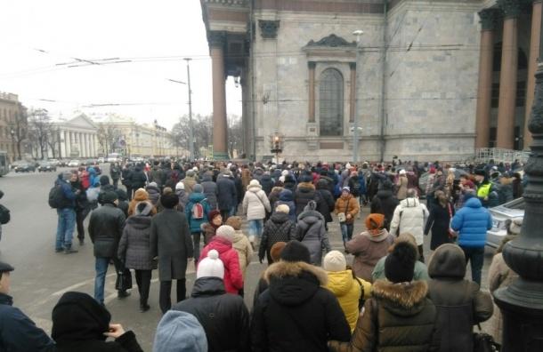 Противники передачи Исаакия РПЦ взяли храм вкольцо