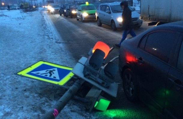 Светофор рухнул на проспекте Энгельса, но продолжил работать