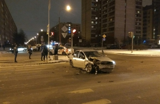 Таксист и автоледи столкнулись на проспекте Большевиков