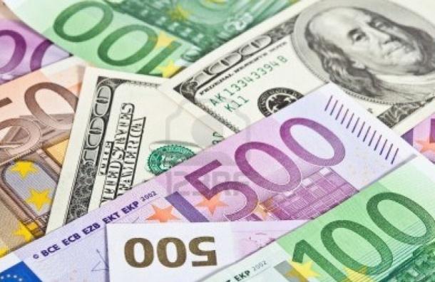 Впервые за полтора года доллар упал ниже 58 рублей