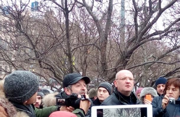 Депутаты ЗакСа в сквере перед Исаакием потребовали референдума и отставки губернатора