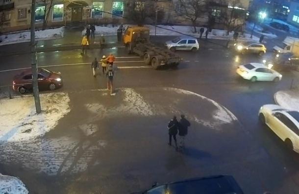 Грузовик сбил женщину на пешеходном переходе в Красном Селе