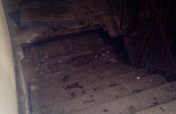 Лестница обрушилась в жилом доме на Композиторов